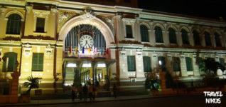 Το παλιό ταχυδρομείο το βράδυ φωτισμένο