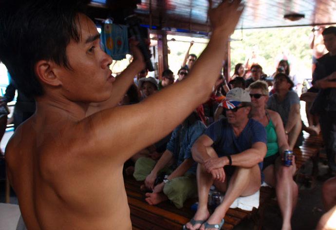 Χορός και τραγούδι στα εκδρομικά σκάφη του Να Τρανγκ (Nha Trang), Βιετνάμ