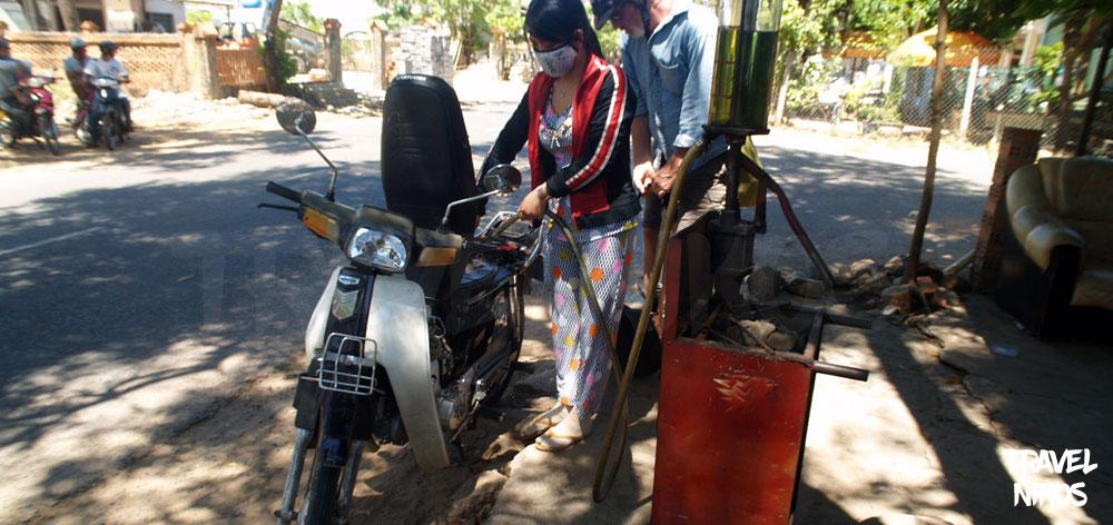 Βάζοντας βενζίνη στο μηχανάκι στον δρόμο, στο Μούι Νε (Mui Ne), Βιετνάμ
