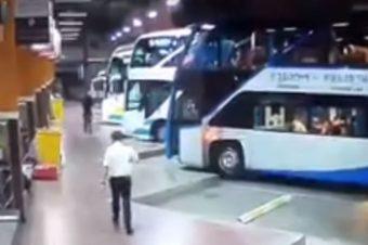 Λεωφορείο εισβάλει μέσα στον σταθμό λεωφορείων στην Βόρεια Ταϊλάνδη (VIDEO)