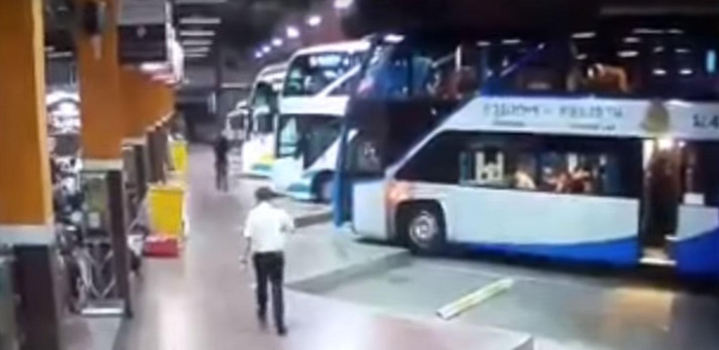 Λεωφορείο εισβάλει μέσα στον σταθμό
