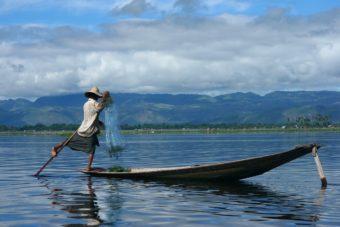 Ηγραφική λίμνη Ίνλε στην Βιρμανία τρόπο ζωής των ντόπιων Intha