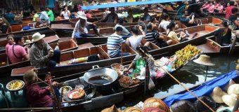H πολύχρωμη πλωτή αγορά της Ταϊλάνδης, πώληση αγαθών με βάρκες