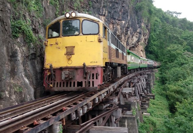 Ο σιδηρόδρομος του Θανάτου στην Ταϊλάνδη, την ώρα που περνάει στο Wang Pho Viaduct