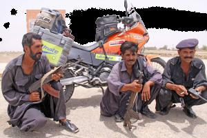 Στρατιώτες φρουρούν τη μοτοσυκλέτα μου στην πόλη Dalbadin, Πακιστάν